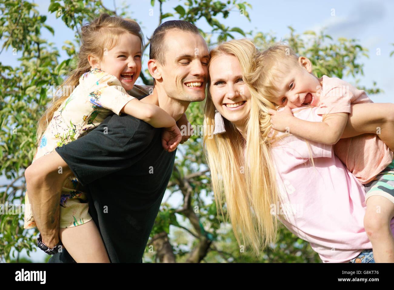 Portrait d'une famille heureuse à l'extérieur Photo Stock