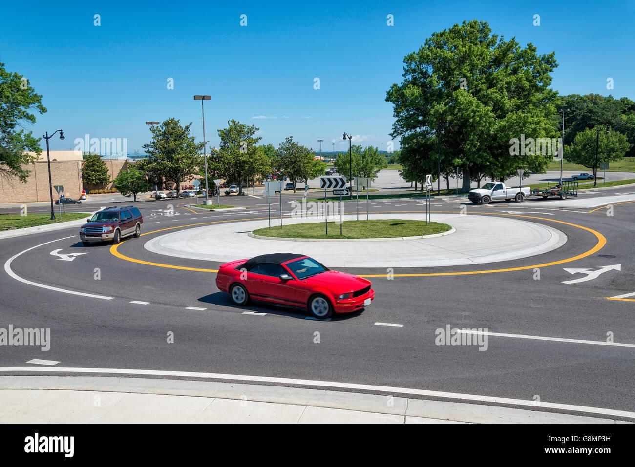 Rond-point de la circulation avec des véhicules passe autour d'elle. Plan horizontal Photo Stock
