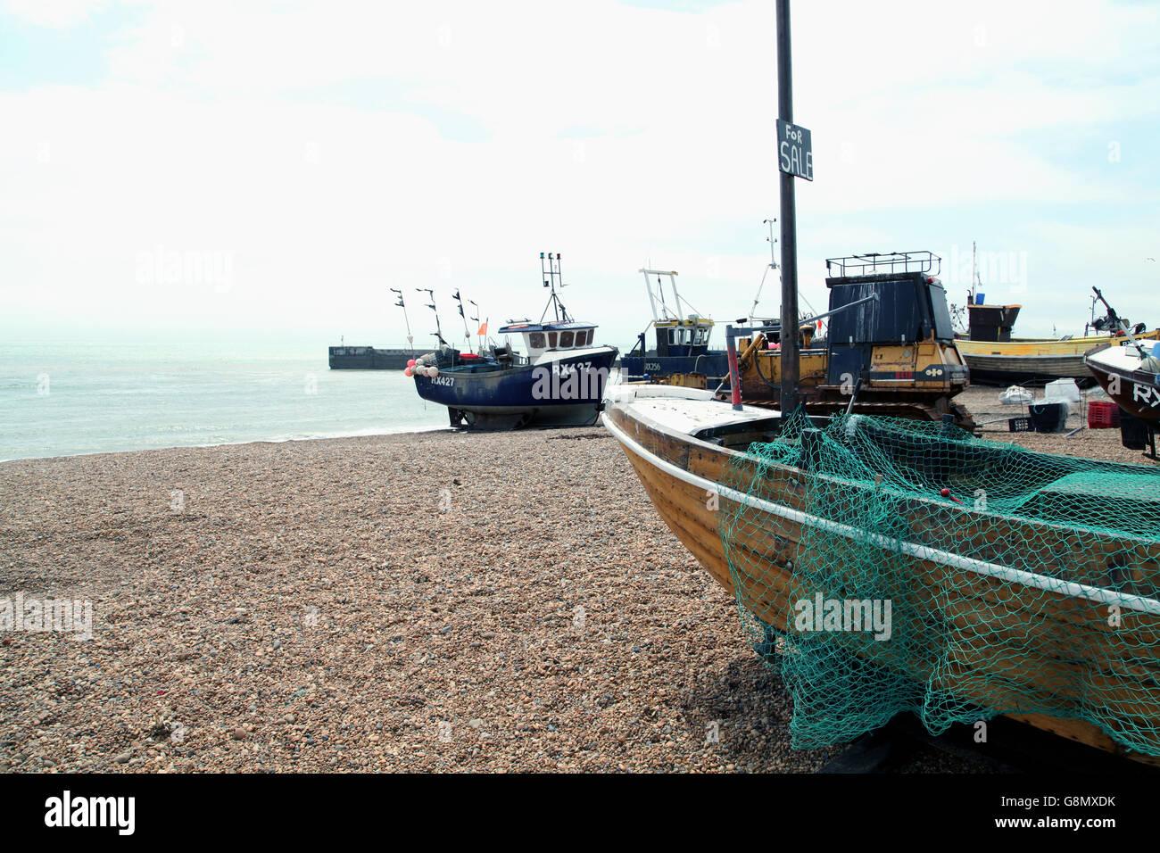 Bateaux de pêche tiré vers le haut sur la plage Photo Stock