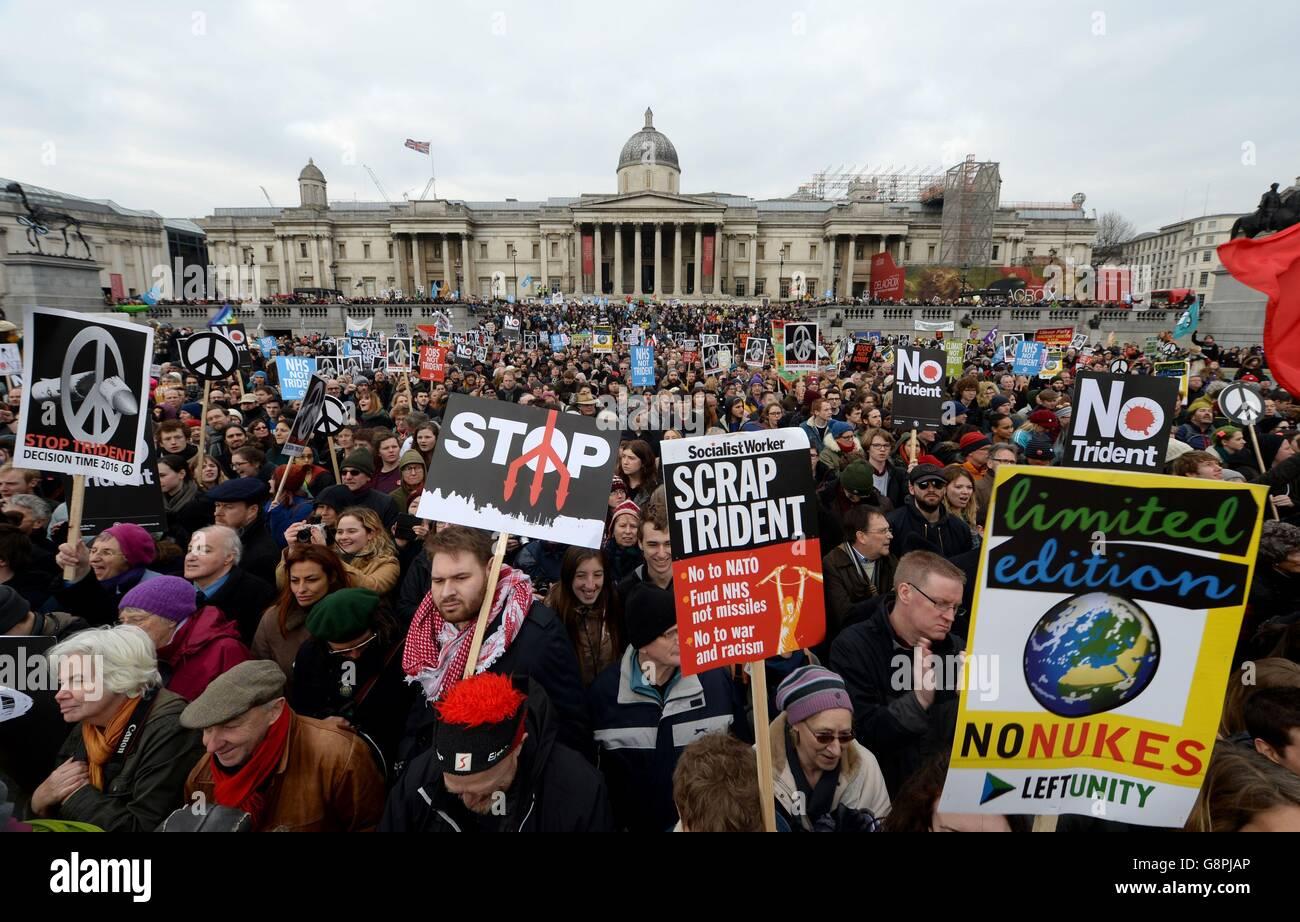 Les manifestants se rassemblent à Trafalgar Square, Londres, pour le rassemblement de protestation Stop Trident. Banque D'Images