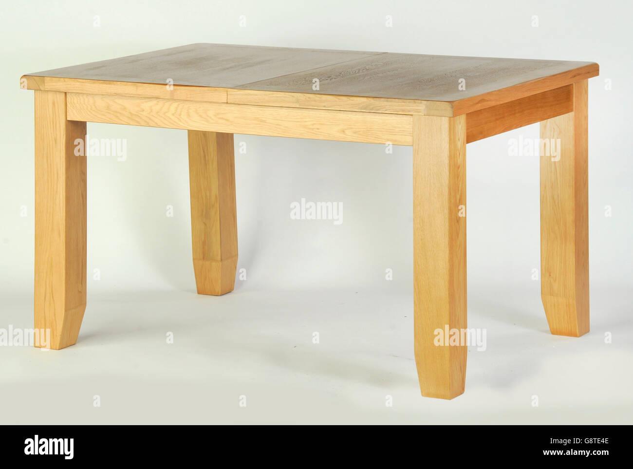 Une seule table à manger en bois sur fond blanc Photo Stock