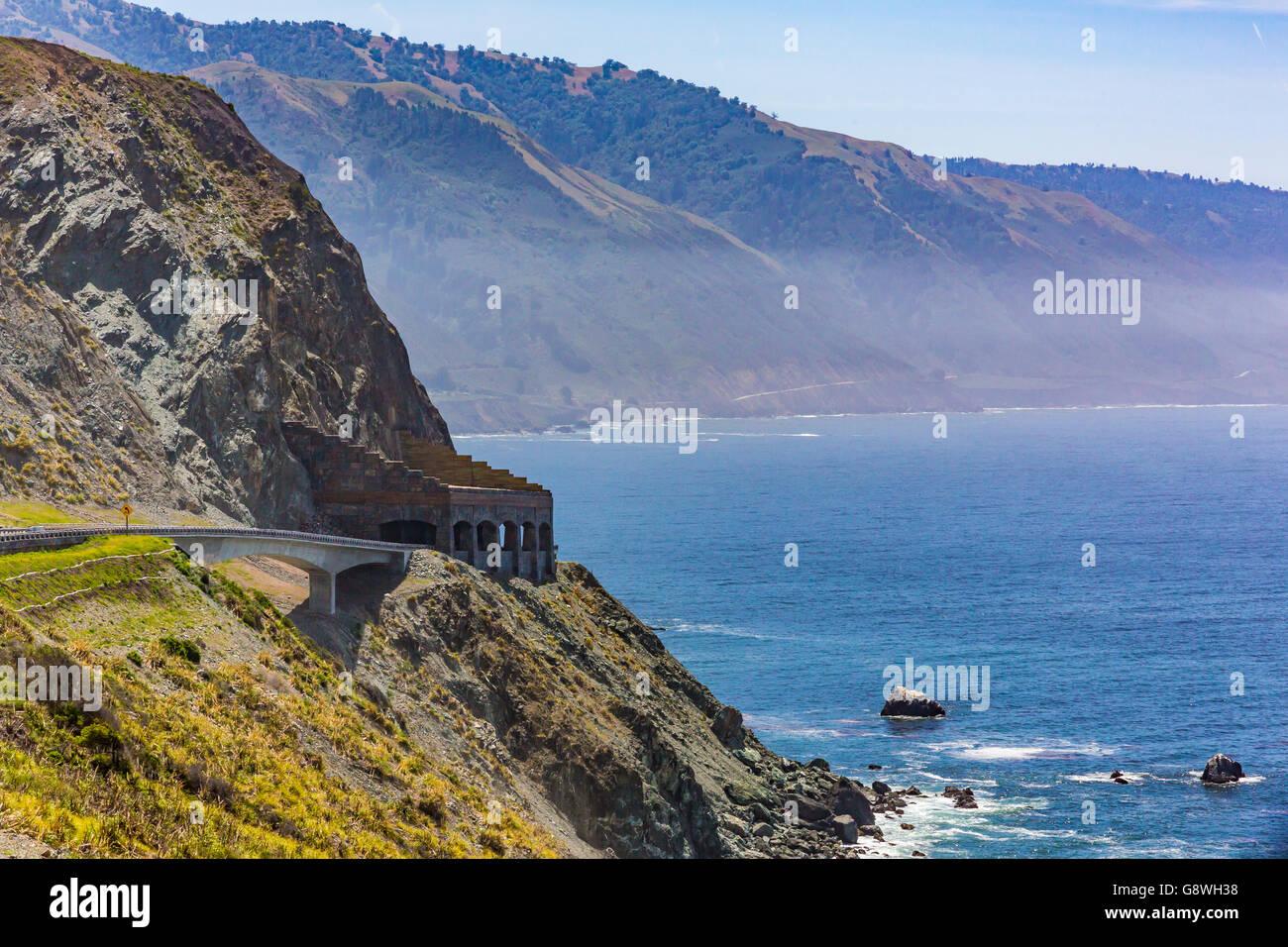Big sur californie abri pluie rocks rock Photo Stock