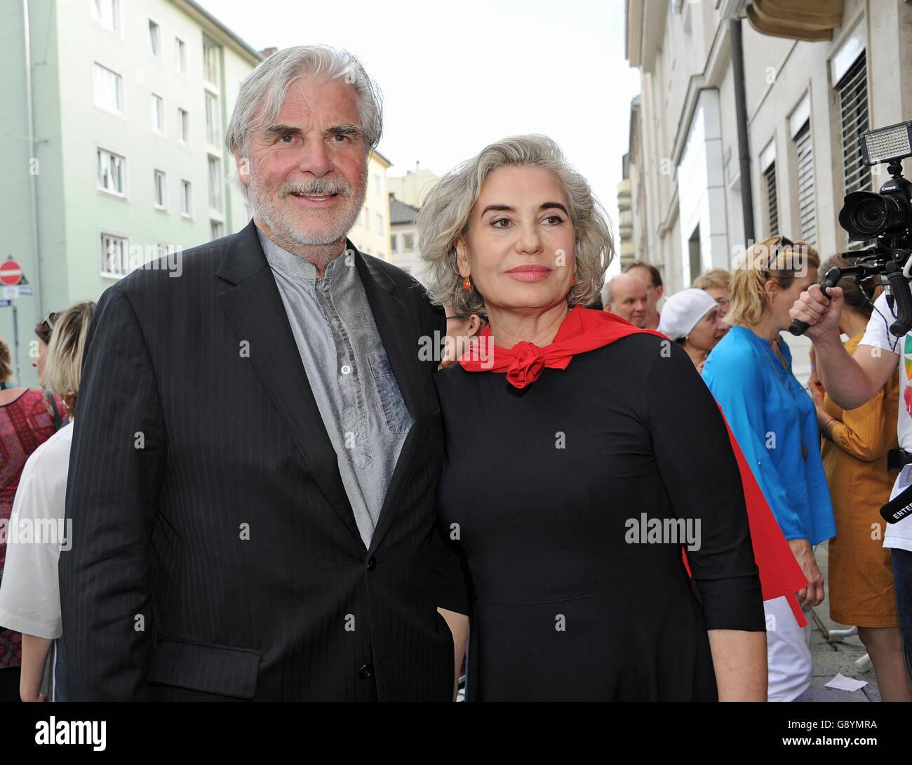 Munich, Allemagne. 28 Juin, 2016. L'acteur Peter Simonischek et sa femme Brigitte Karner arrivent pour la première du film 'Die Welt der Wunderlichs» au cours du festival International du Film de Munich à Munich, Allemagne, 28 juin 2016. Photo: Ursula Düren /afp/Alamy Live News Banque D'Images