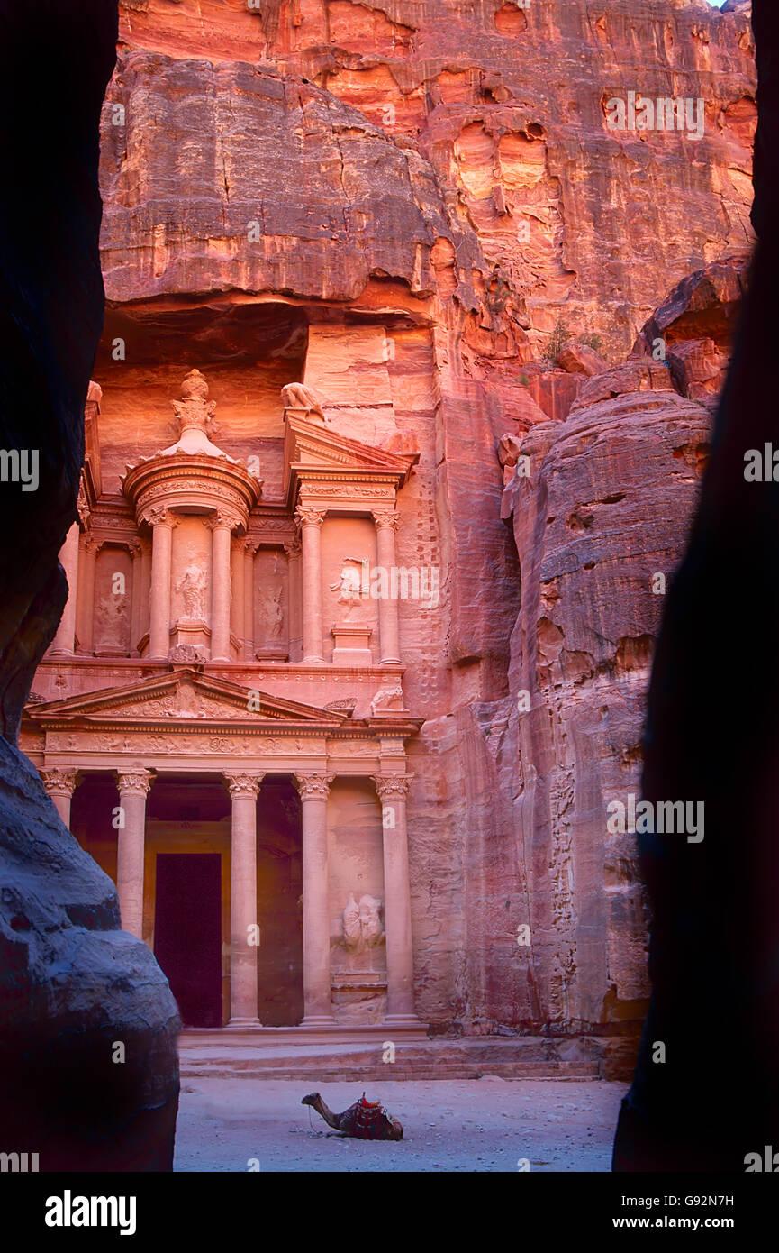 L'ancienne ville de Petra en Jordanie a été sculptée dans les rochers. C'est maintenant un Photo Stock
