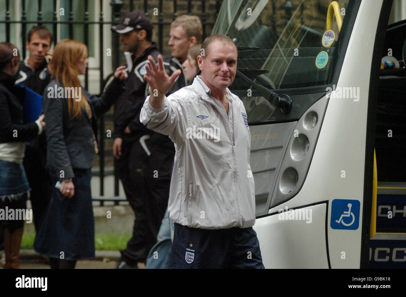 Paul Gascoigne et d'autres membres de l'équipe de football de l'Angleterre ne laissent pas d'aide Photo Stock