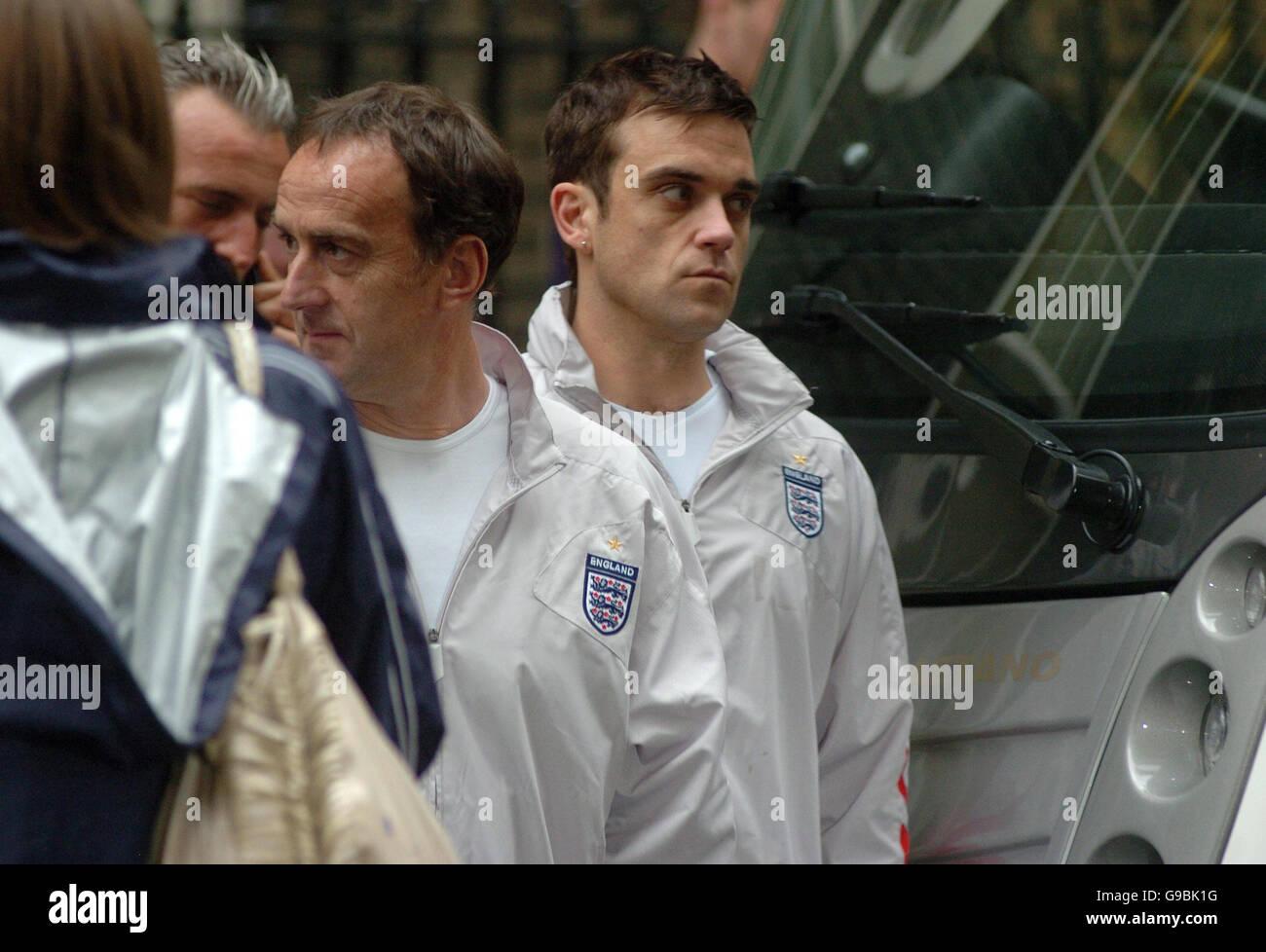 Robbie Williams dirige l'équipe de football de l'Angleterre à l'aide de No 10 Downing Street Photo Stock