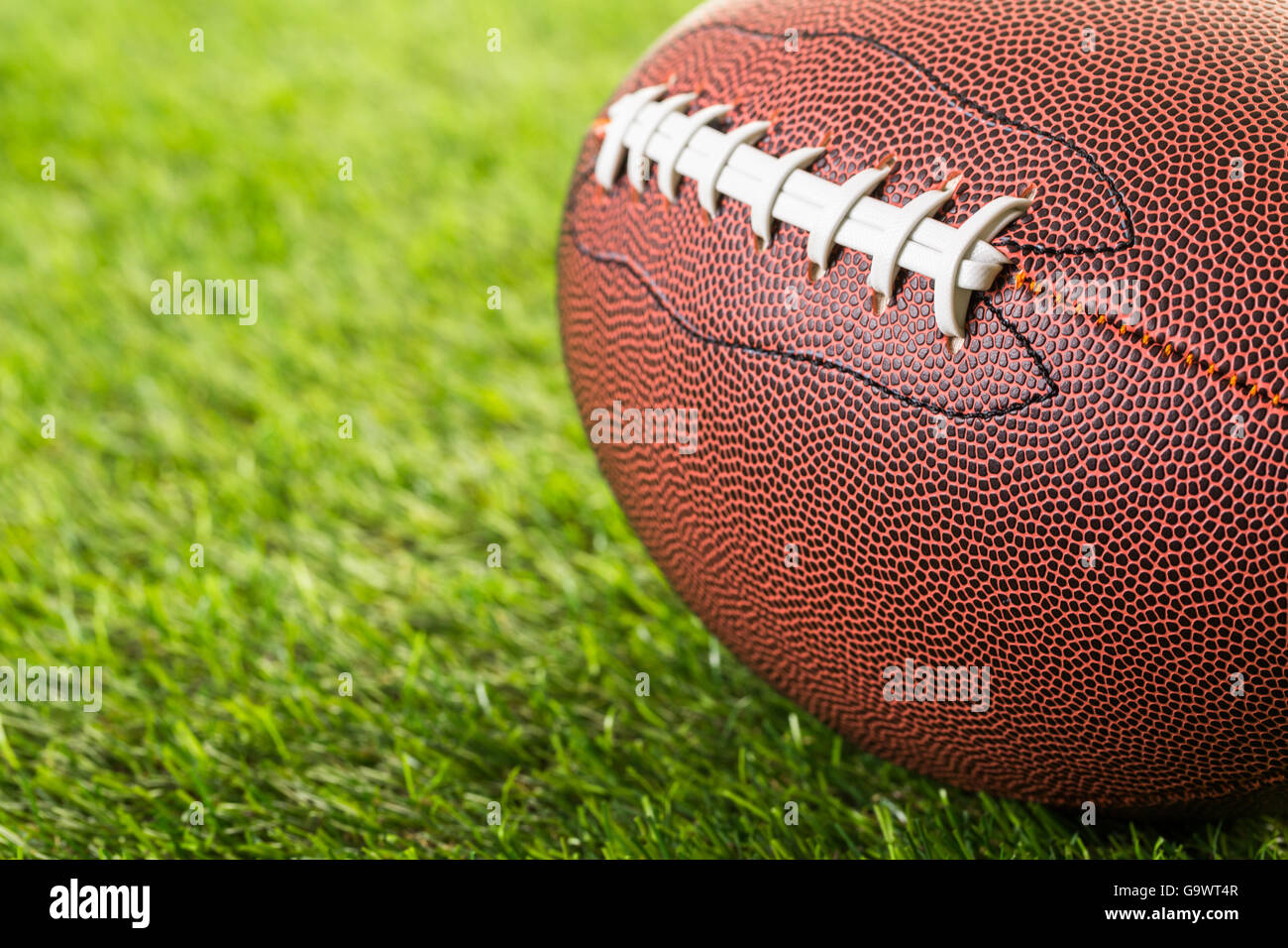 American Football Close up sur sur l'herbe verte. Photo Stock