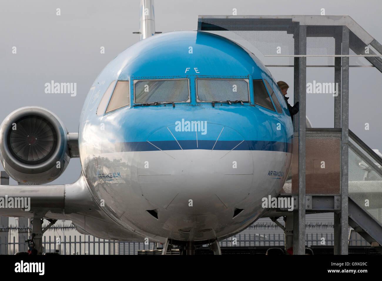 Amsterdam, Pays-Bas - 10 novembre ,2013 Fokker 100 avion sur l'aéroport de Schiphol. Cet avion ne vole Photo Stock