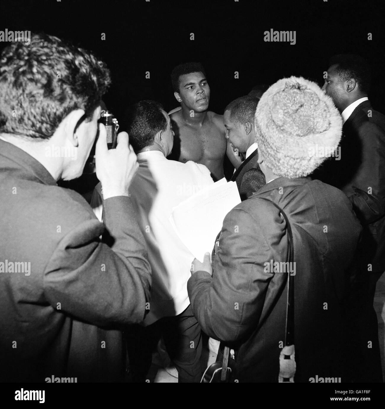 Muhammad Ali (c) quitte le ring après avoir démolié Brian London Dans le troisième tour de retenir le Championnat du monde de poids lourd Banque D'Images