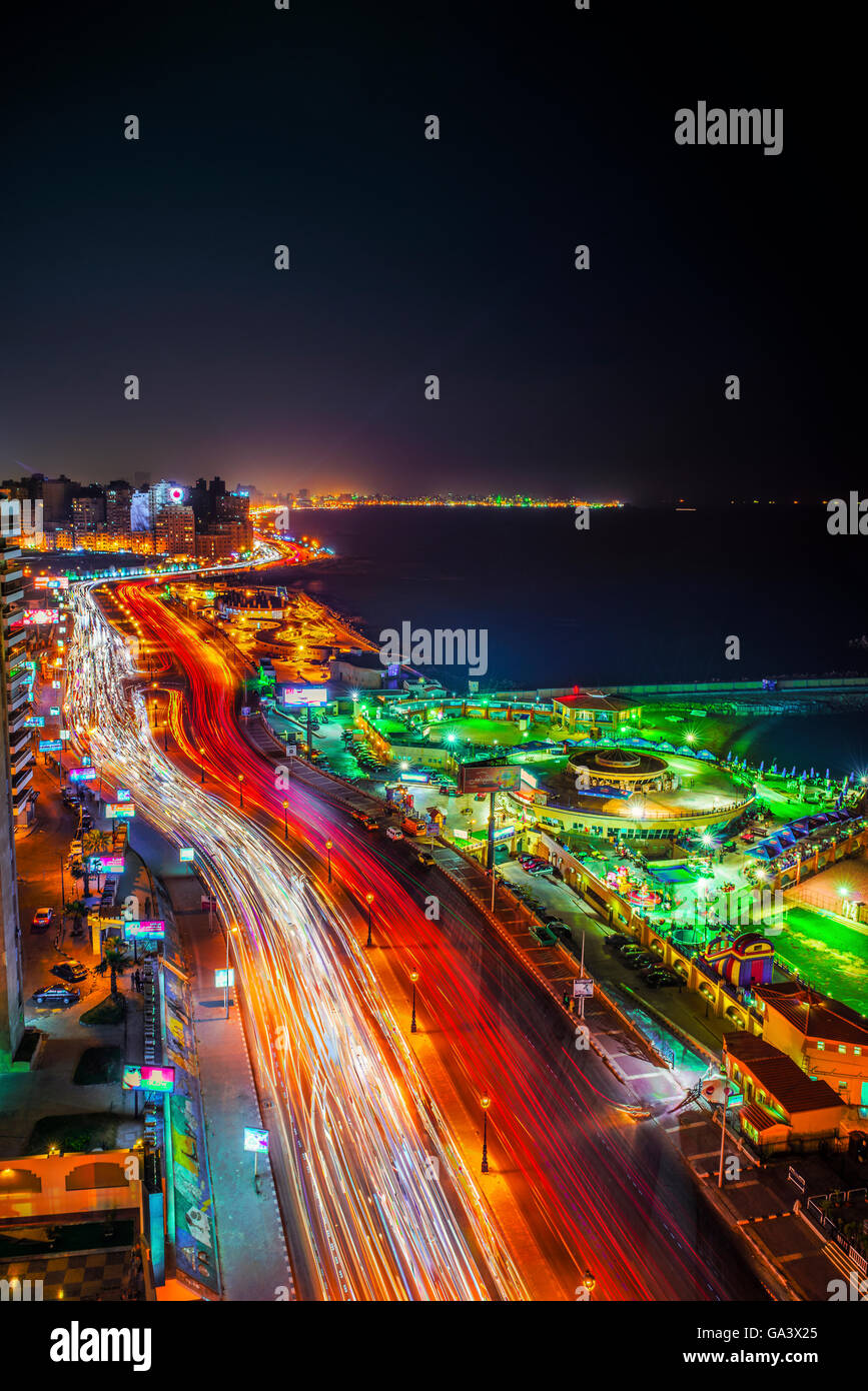 Une longue exposition photo de nuit de la ville d'Alexandrie, Egypte Photo Stock