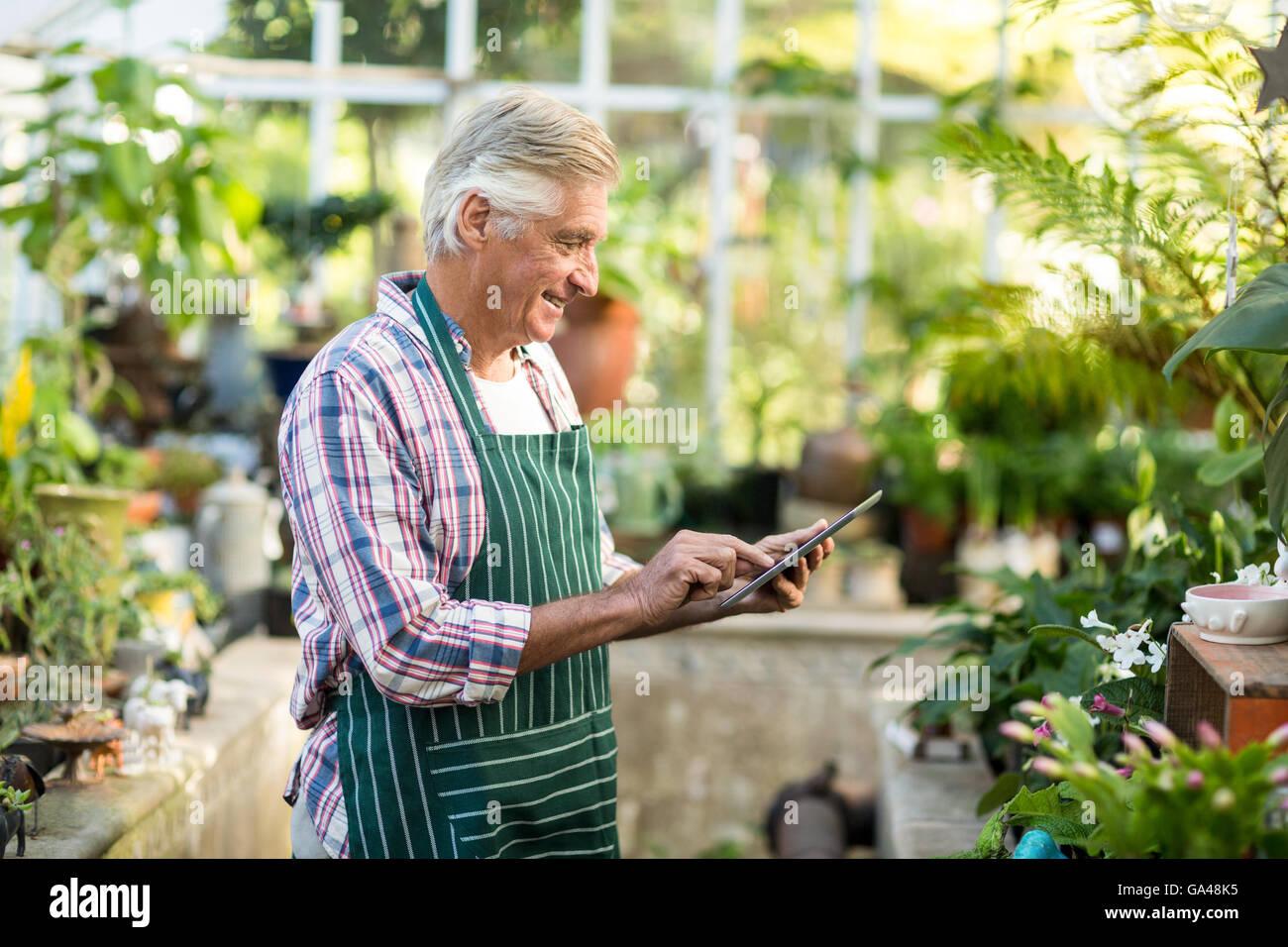 Mature man using digital tablet à émissions de Photo Stock