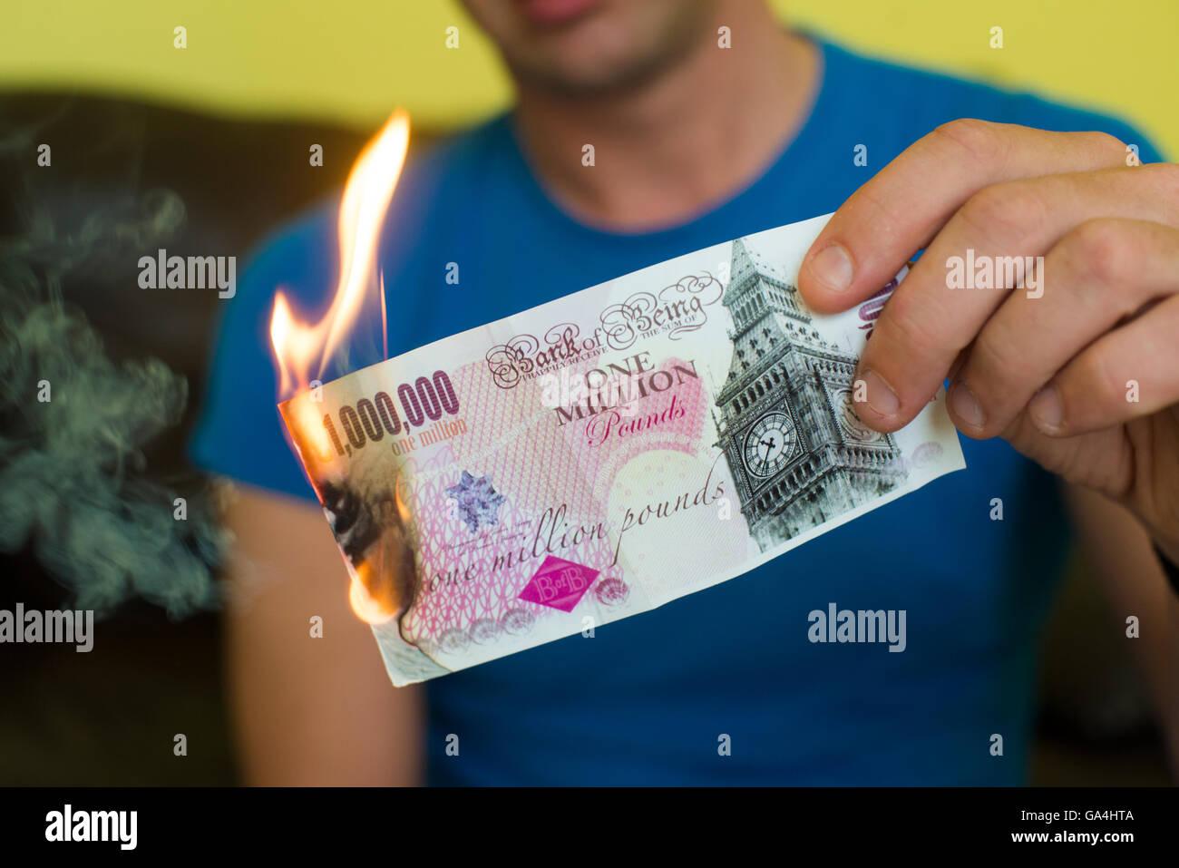 De l'argent en fumée, symbole de l'effondrement de l'économie britannique de l'UE post Photo Stock