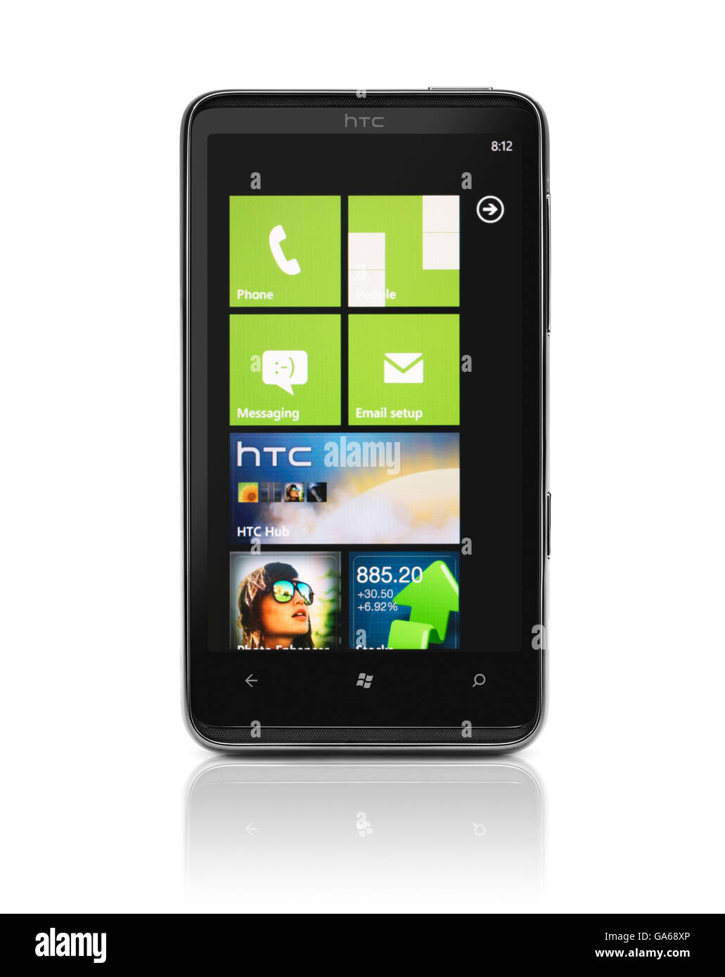 Windows Phone 7, le HTC HD7 smartphone avec carreaux de bureau sur son écran Photo Stock
