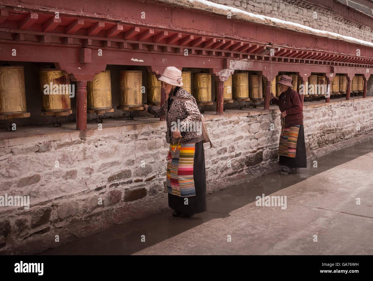 Les femmes tournent roues de prière Photo Stock