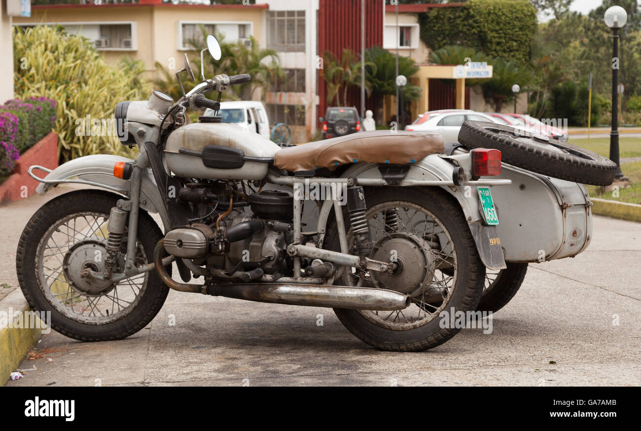 Vieille moto russe avec un side-car pour un usage quotidien à Cuba Photo Stock