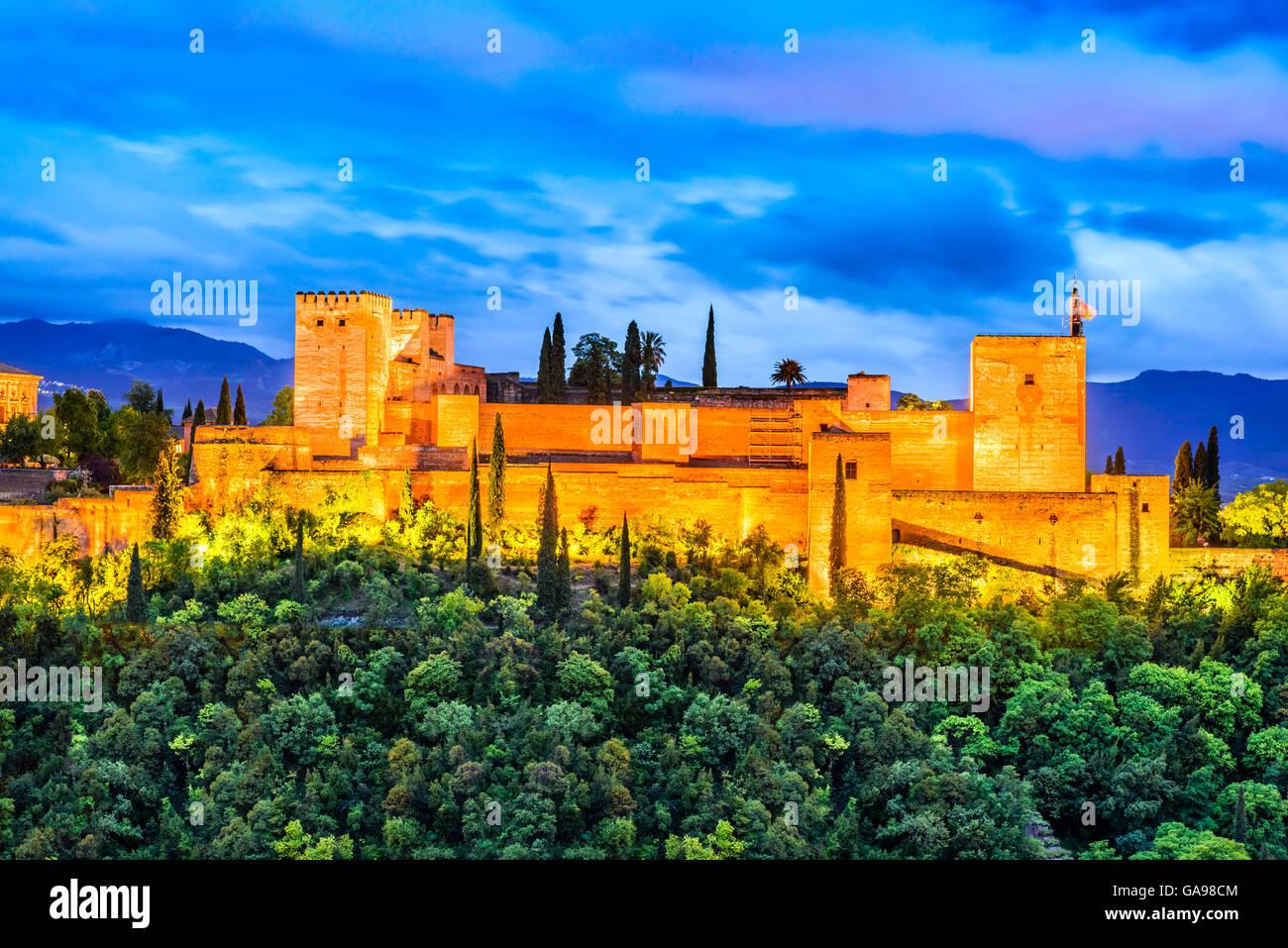 Granada, Espagne. Vue de nuit sur la célèbre Alhambra avec l'Alcazaba, les voyages en Europe vue en Photo Stock