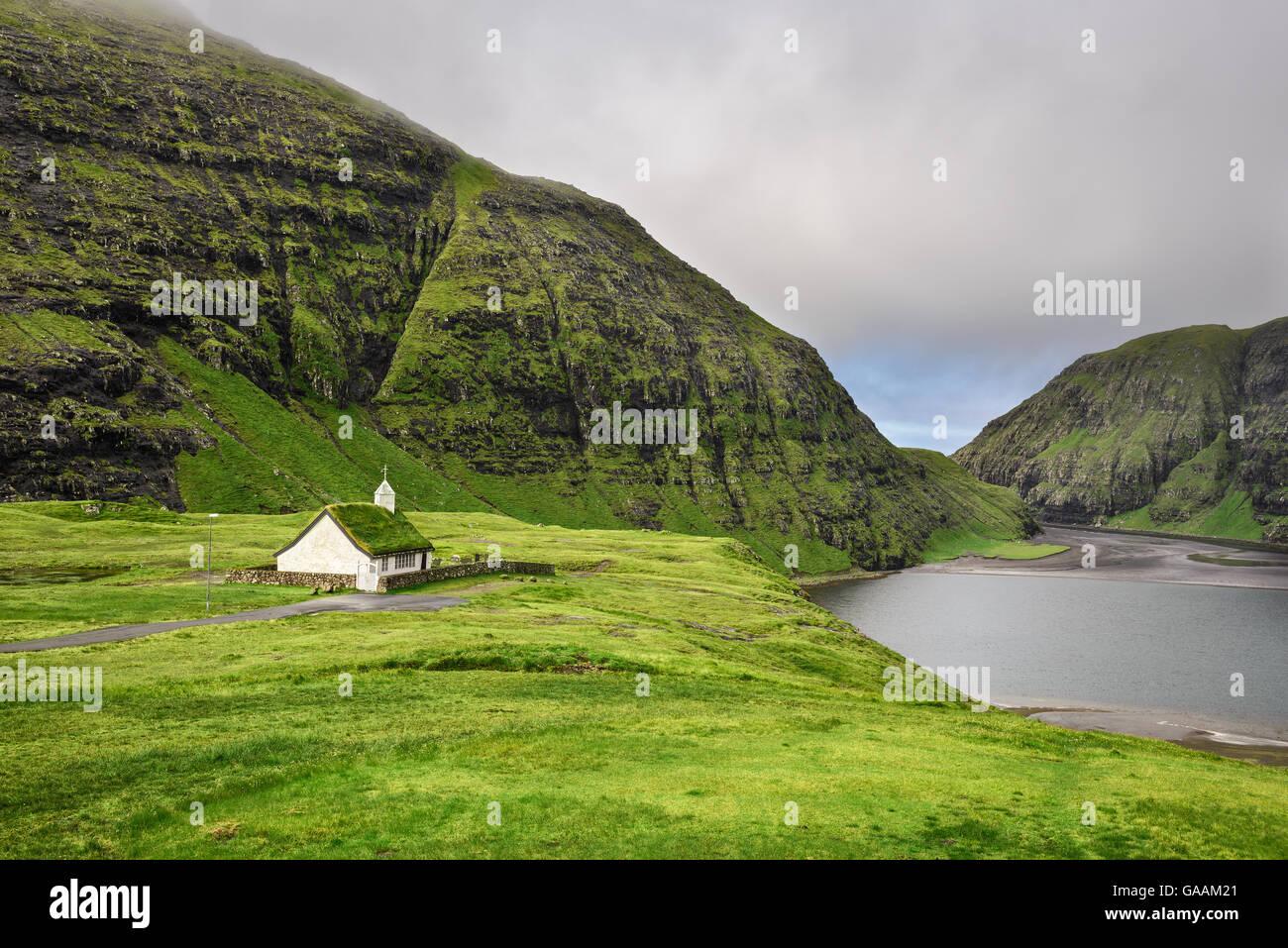 Petit village dans l'église et Saksun un lac à proximité situé sur l'île de Streymoy, Photo Stock