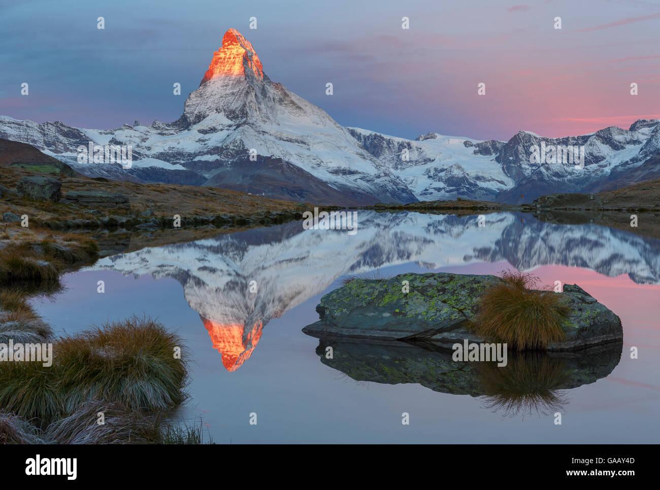 Matterhorn (4,478m) au lever du soleil, avec la réflexion dans le lac Stellisee, Zermatt, Suisse, septembre Photo Stock