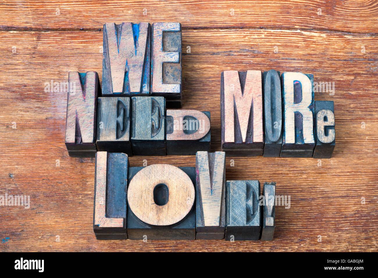 Nous avons besoin de plus d'exclamation amour fabriqués à partir de bois mixtes de type typographique Photo Stock