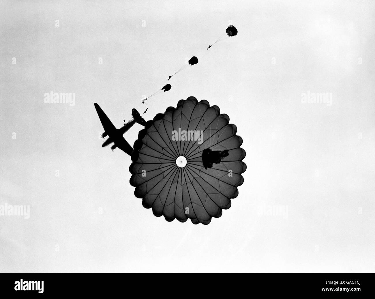 Les premières manoeuvres à grande échelle à être tenues par les forces aériennes depuis la guerre, à Netheravon, Wilts. L'opération, connue sous le nom d'« exercice Longstop », implique la capture de l'air de l'aérodrome de Netheravon par environ 700 000 parachutistes. Banque D'Images