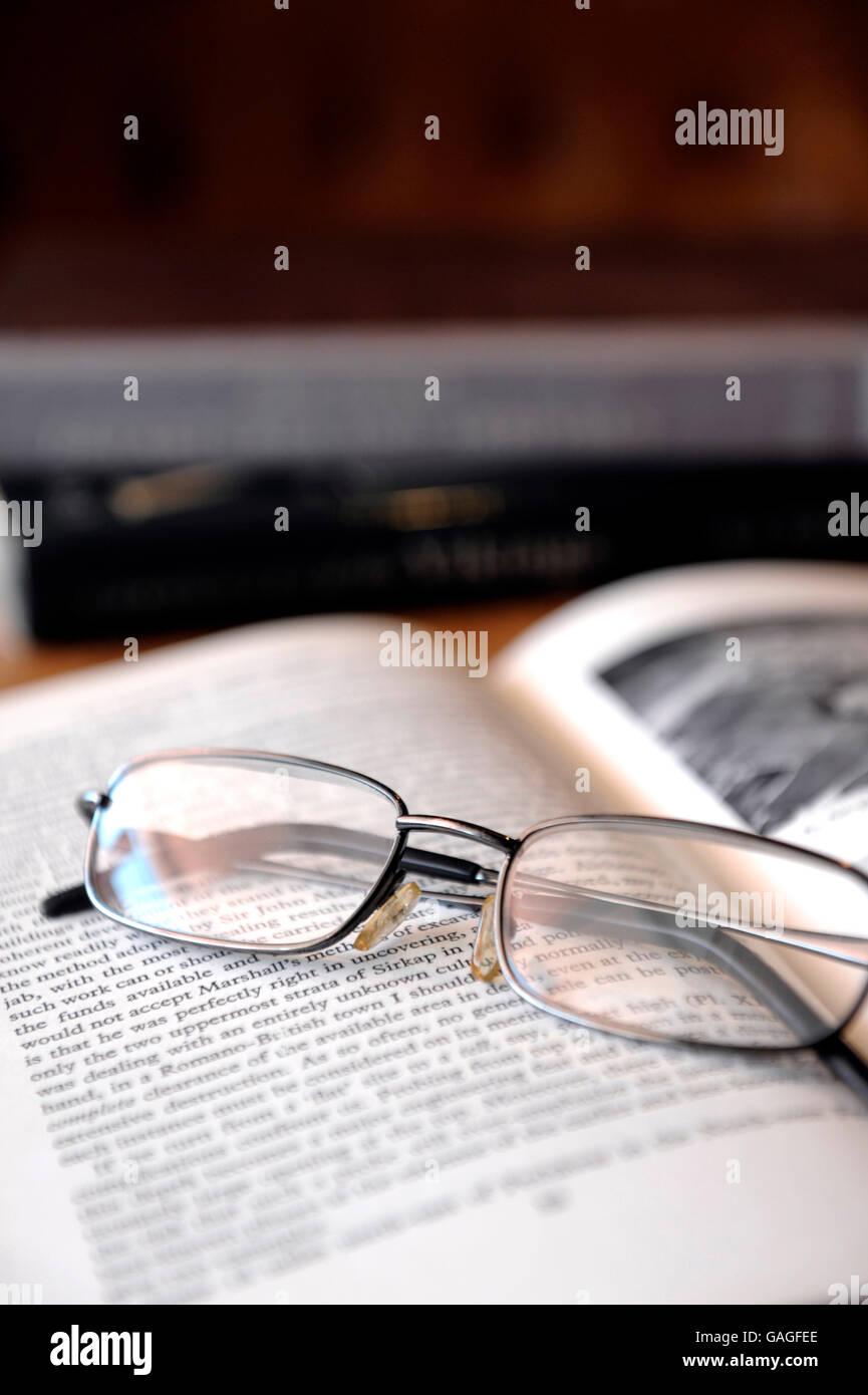 Lunettes de lecture sur le dessus de livre de l'antiquité Photo Stock