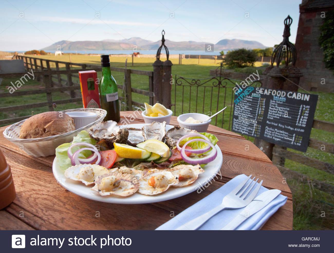 Un plat d'huîtres, pétoncles et de salade de fruits de mer servi dans la cabine, de Skipness Kintyre, Photo Stock