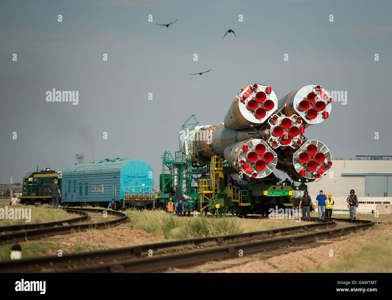 Cosmodrome de Baïkonour, au Kazakhstan. 4 juillet, 2016. L'engin spatial Soyouz MS-01 est mis en place Photo Stock