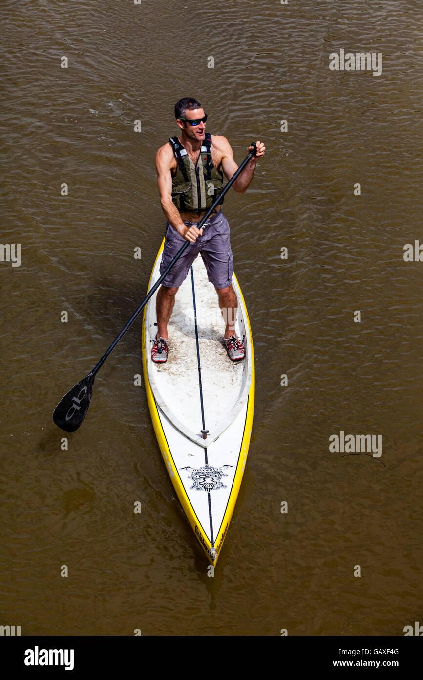 Stand Up Paddle Boarding sur la rivière Ouse, Lewes, dans le Sussex, UK Banque D'Images