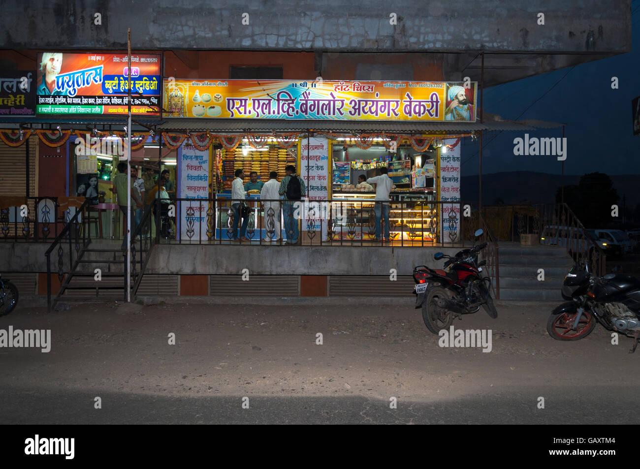 Paud village près de Pune, Maharashtra, Inde. La nuit, boutique. Banque D'Images