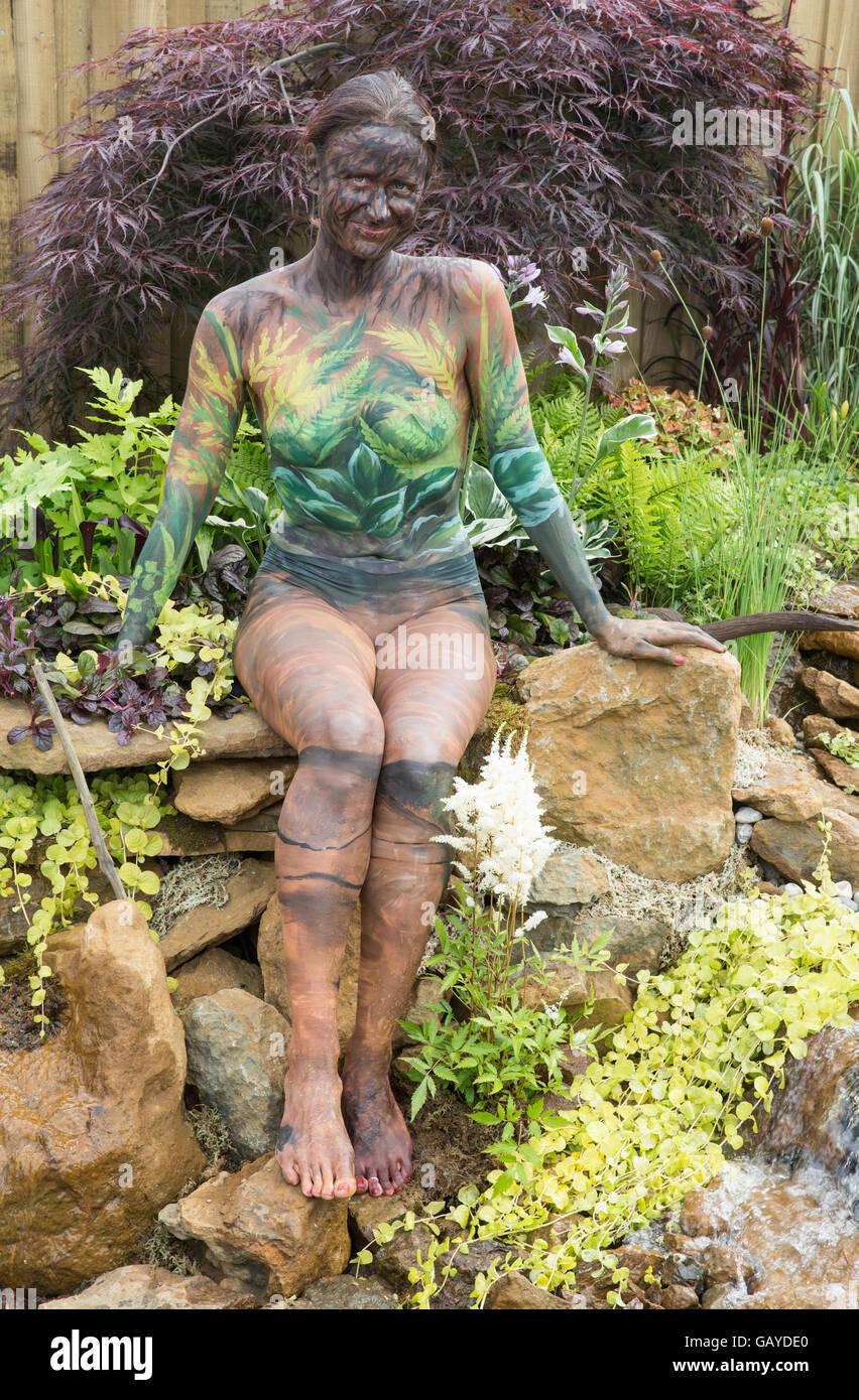 Body Art peint sur une femme à la RHS Hampton Court Flower Show à camoufler son dans l'un des stands Photo Stock