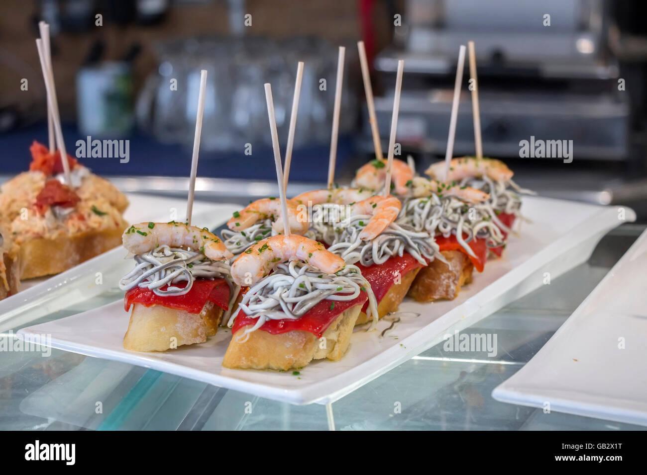 Tapas ou Pintxos canapés espagnol célèbre partie finger food Photo Stock