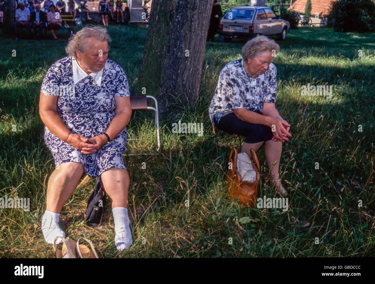 Pensionné women resting sous les arbres dans le parc, République Tchèque Photo Stock