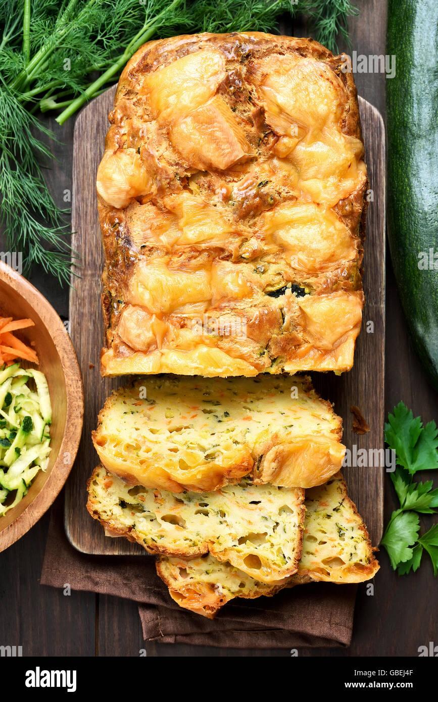 Légumes pain humide avec la courgette, carotte, fromage, oeufs, vue du dessus Photo Stock