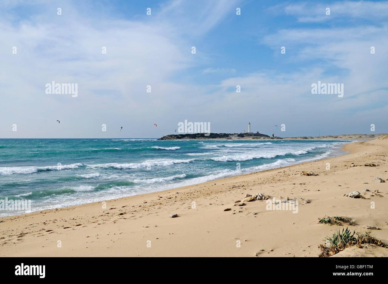 Playa de Canos de Meca, plage, kitesurfers, Cabo de Trafalgar à l'arrière, phare, Barbate, Province de Cadix, Andalousie, Costa de la Luz, Espagne, Europe Banque D'Images