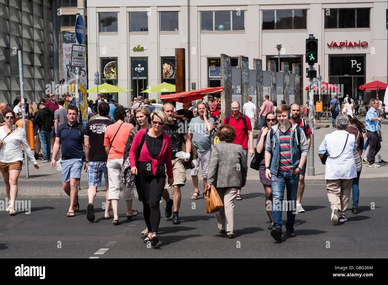 Vue de piétons traversant rue à la Potsdamer Platz à Berlin Allemagne Photo Stock