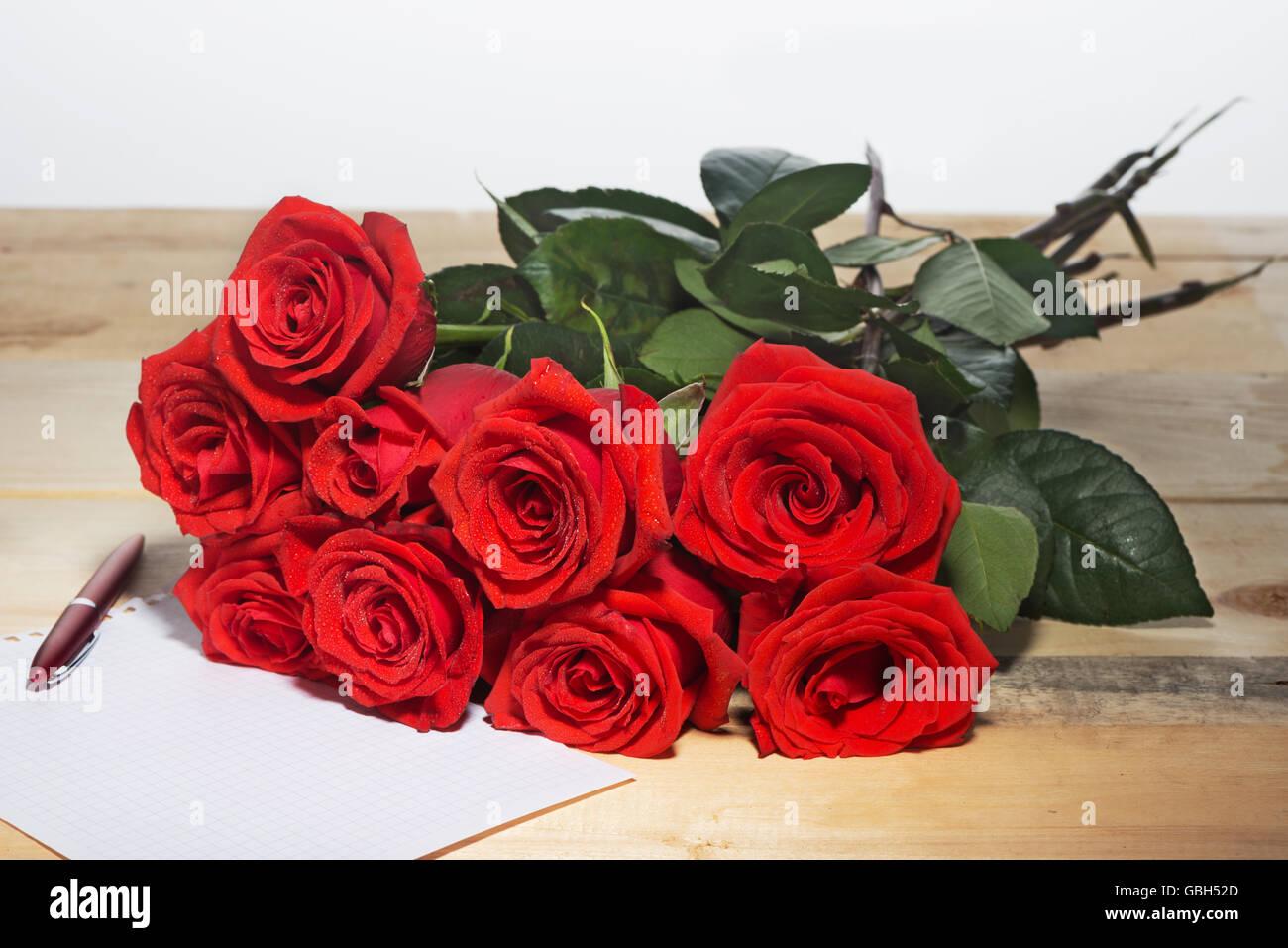 Ecrire Sur Panneau Bois bouquet de roses rouges sur une surface de panneaux de bois