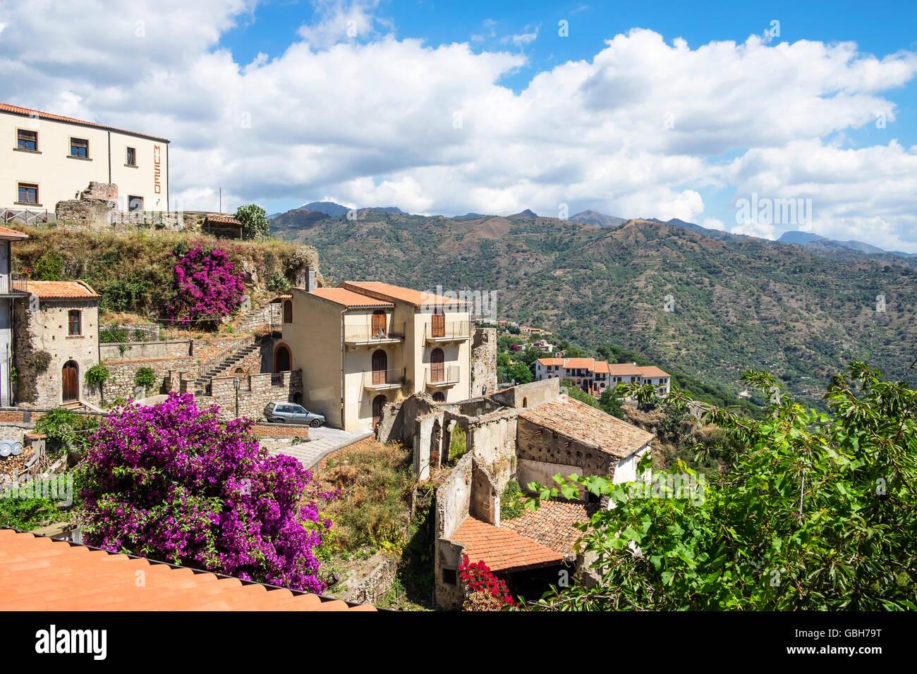 Le village médiéval de Savoca dans les Monts Peloritani près de Messine sur l'île italienne Photo Stock