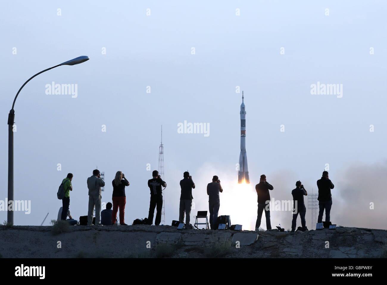 Cosmodrome de Baïkonour, au Kazakhstan. 7 juillet, 2016. Photographes regarder une fusée Soyouz-FG booster transportant Banque D'Images