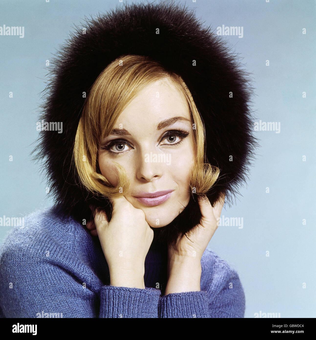La mode, les années 60, accessoires, casquettes, femme portant bonnet de fourrure, Additional-Rights-Clearences Photo Stock