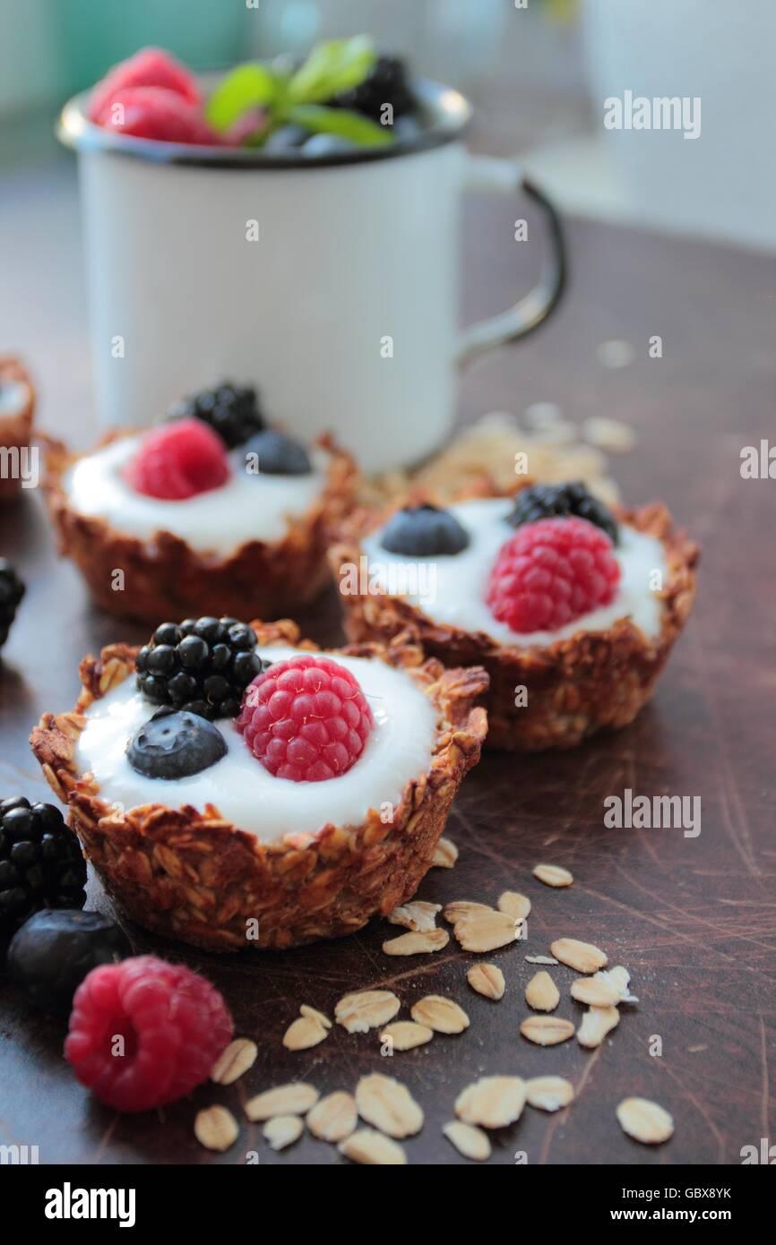 Tartelettes d'avoine cookies avec des yaourts et fruits baies Banque D'Images