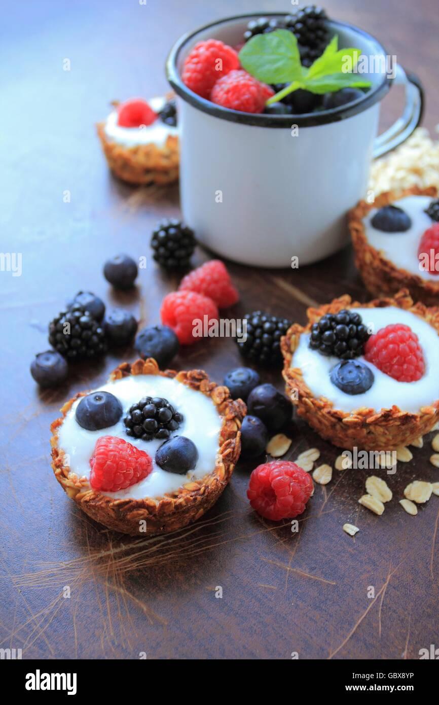 Les cookies d'avoine avec des yaourts et des fruits Photo Stock