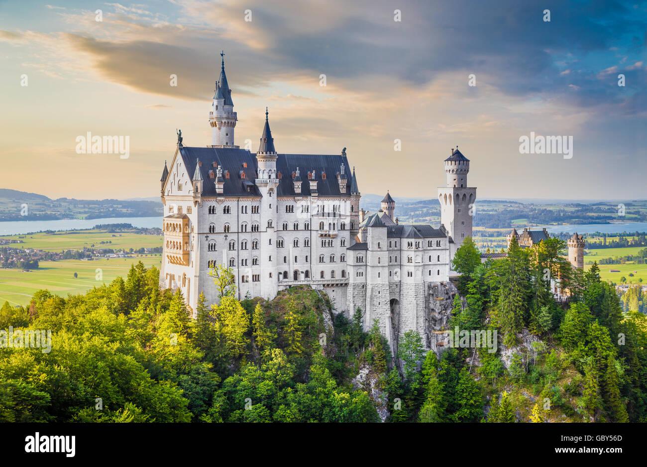 La vue classique du célèbre château de Neuschwanstein, l'un des châteaux les plus visités Photo Stock