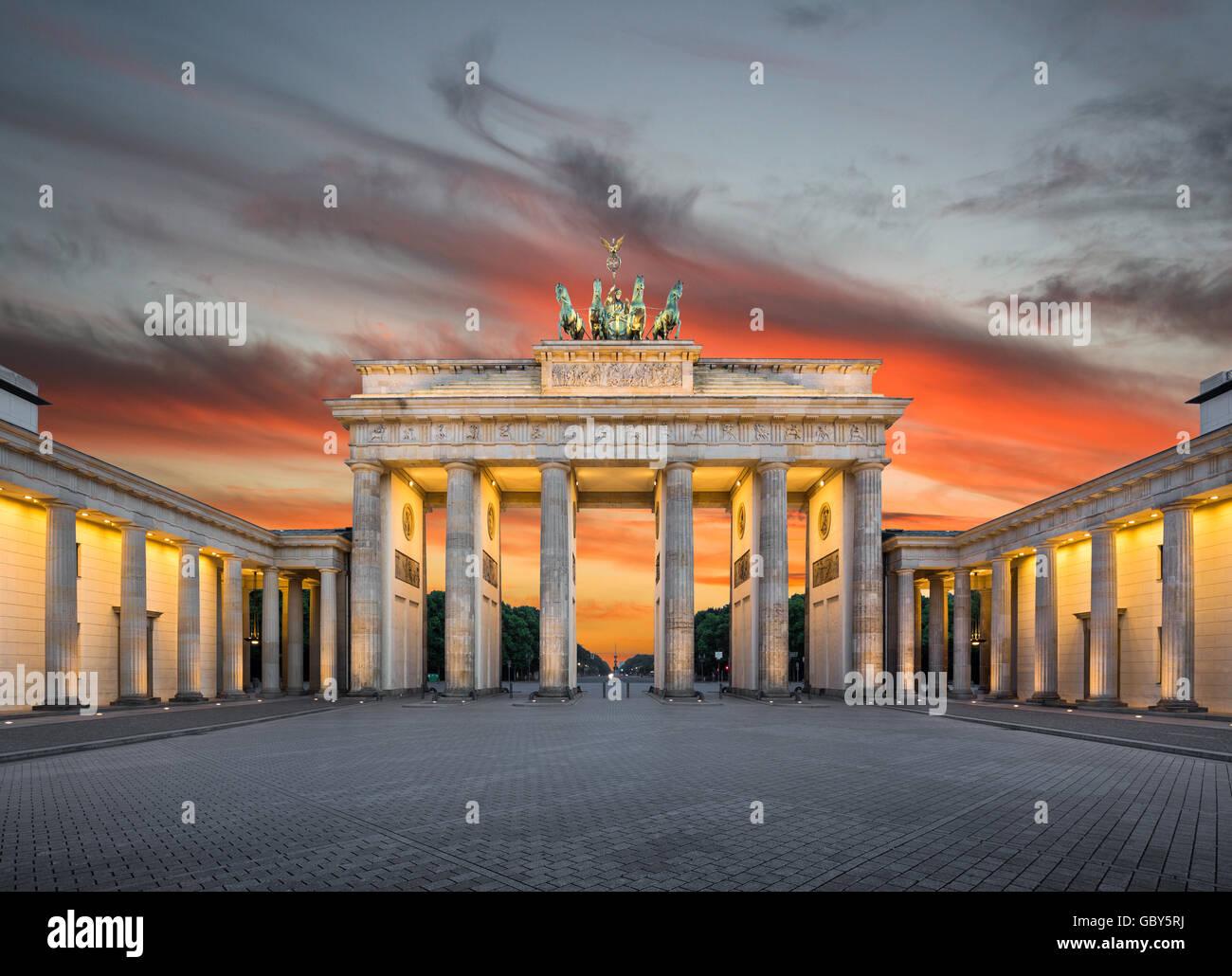 L'affichage classique de la célèbre Porte de Brandebourg dans le crépuscule, au centre de Berlin, Photo Stock