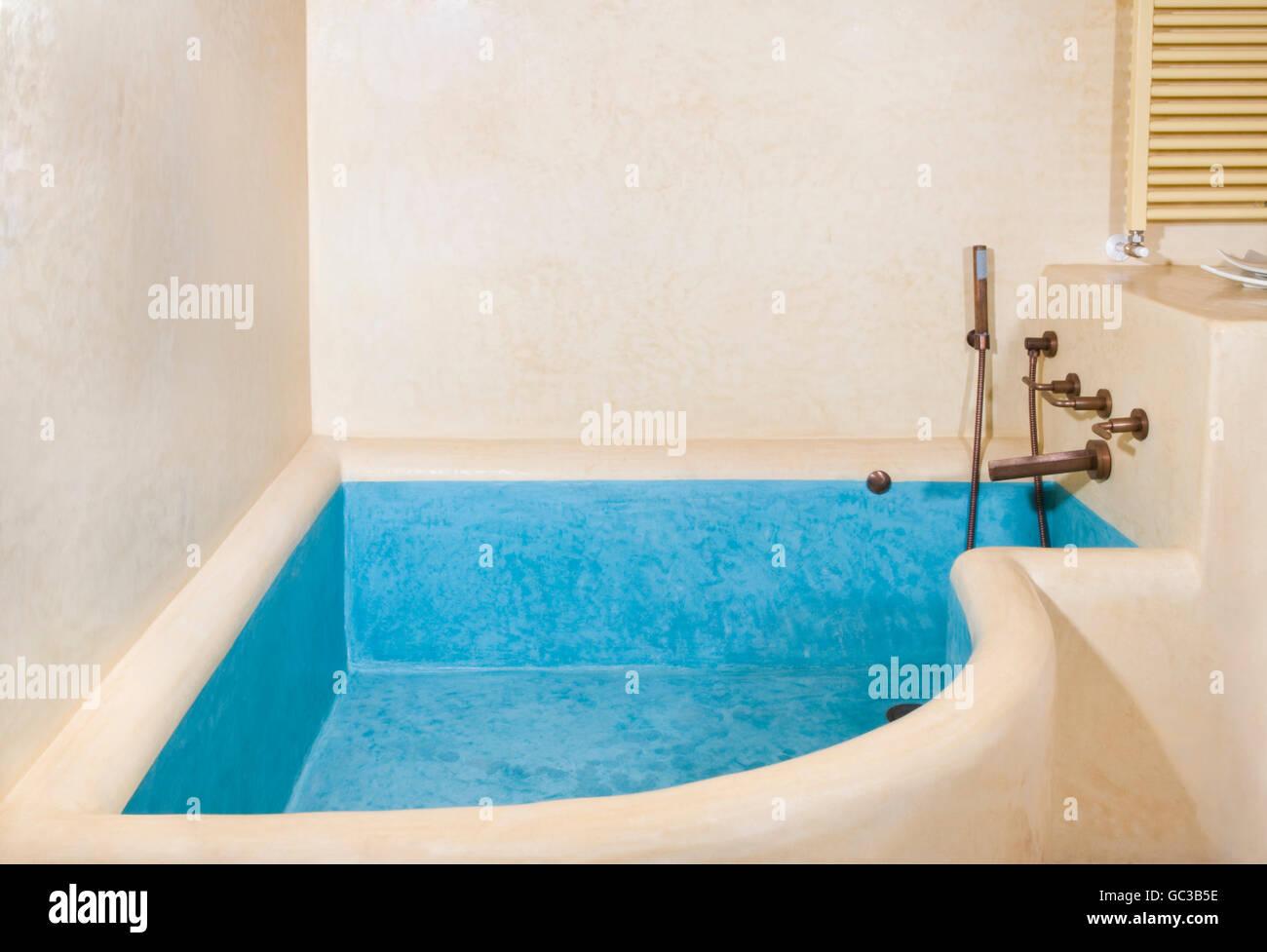 L\'intérieur, une salle de bains privative avec des murs en plâtre ...