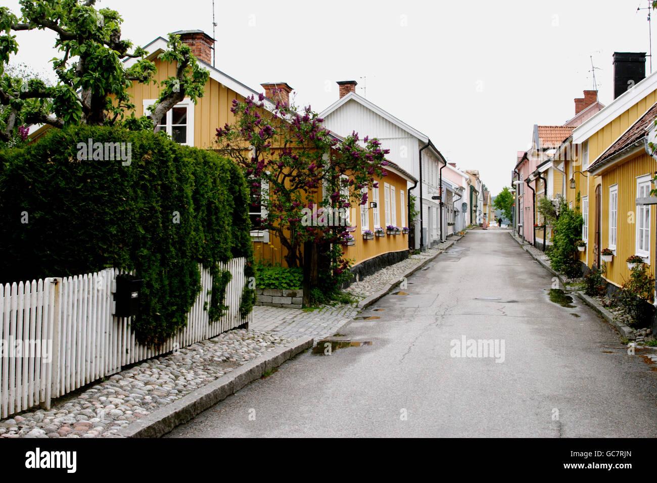Rue bordée de maisons en bois Photo Stock