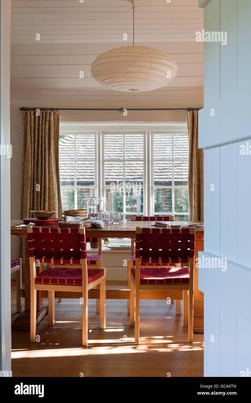 Vue A L Entree En Salle A Manger Avec Des Chaises Et D Alvar Aalto