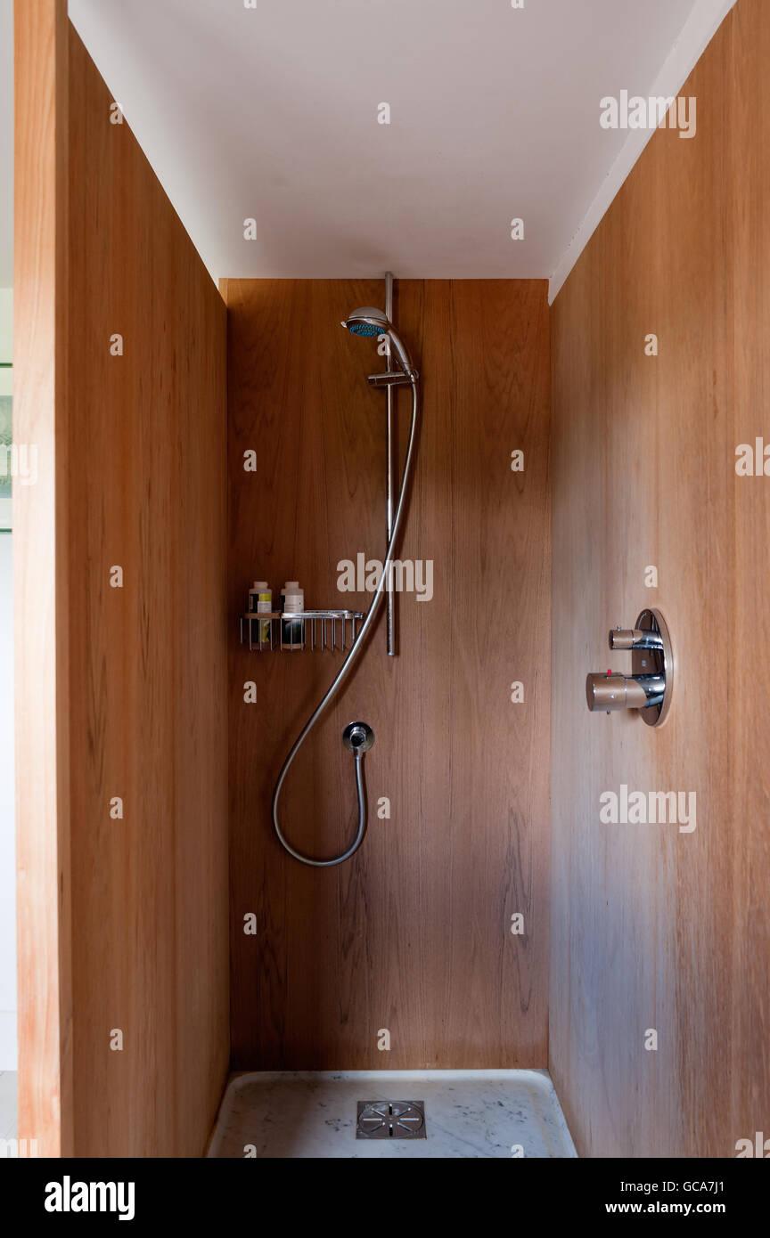 Boiseries en teck avec douche en bac à douche Photo Stock