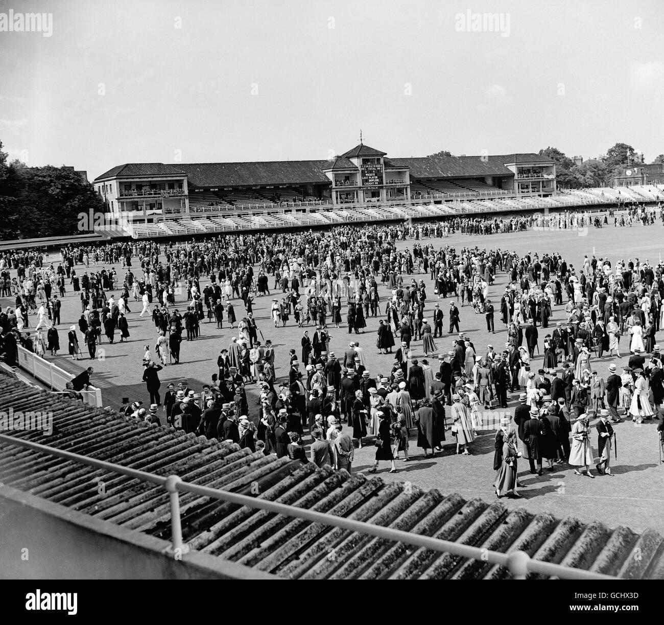 Cricket - Eton v Harrow - terrain de cricket de Lord. Spectateurs sur le terrain. Banque D'Images