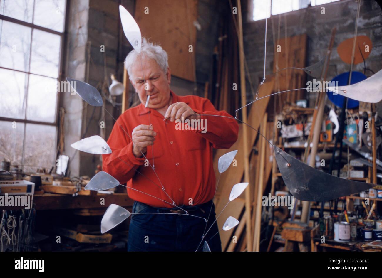 Alexander Calder dans son atelier, dans sa maison de Roxbury, dans le Connecticut. Photo Stock