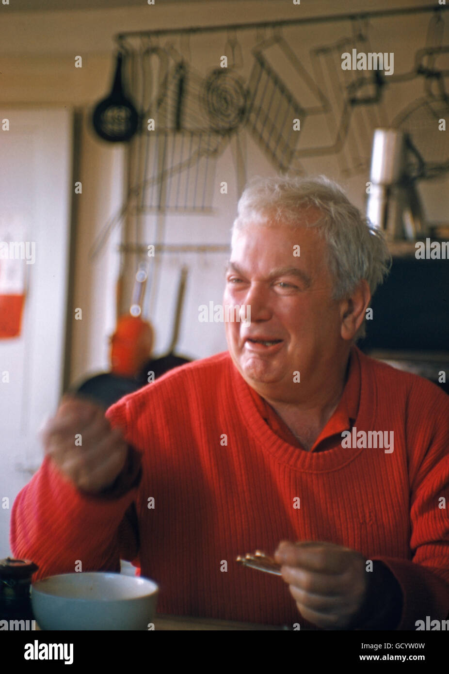 Alexander Calder, dans sa maison de Roxbury, Connecticut, Avril, 1958. Photo Stock